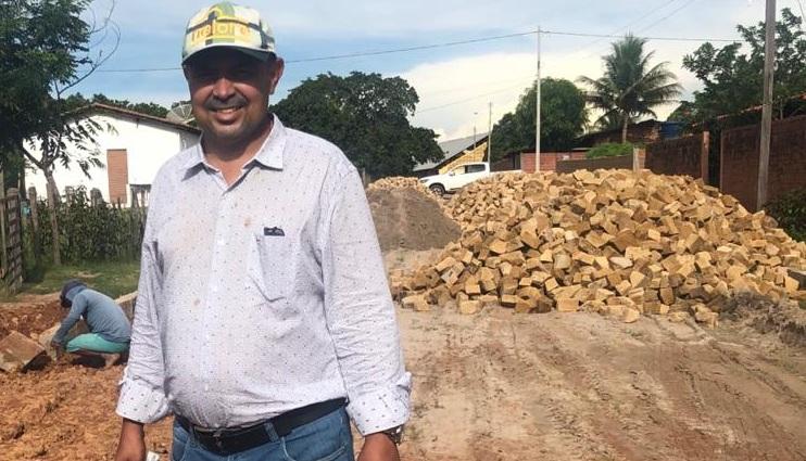 Prefeito de Pau D'arco do Piauí investe em calçamento com recursos próprios