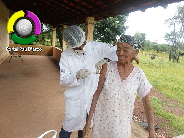 Secretaria Municipal de Saúse de Pau D'arco do Piauí vacina idosos contra a gripe em casa para evitar aglomerações nos postos