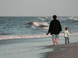 pessoas andando na praia
