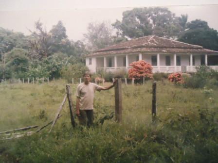 O autor do livro tendo ao fundo a casa sede da Fazenda Ribeirão de São José