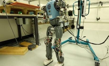 """Conheça """"COMAN"""" um robô que quer andar naturalmente como um humano"""