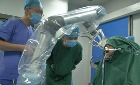 """Conheça """"Robô dentista"""" um aparelho chinês que realizou o primeiro transplante de dentes"""