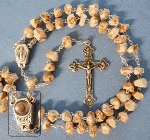 A oração do Rosário tem estado na vanguarda da mensagem de Medjugorje desde aparições da Virgem Maria começou. Este foi feito de pedras da colina das aparições.