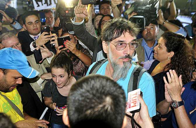 manifestantes na frente da câmara dos deputados - jornaldosurdo.com