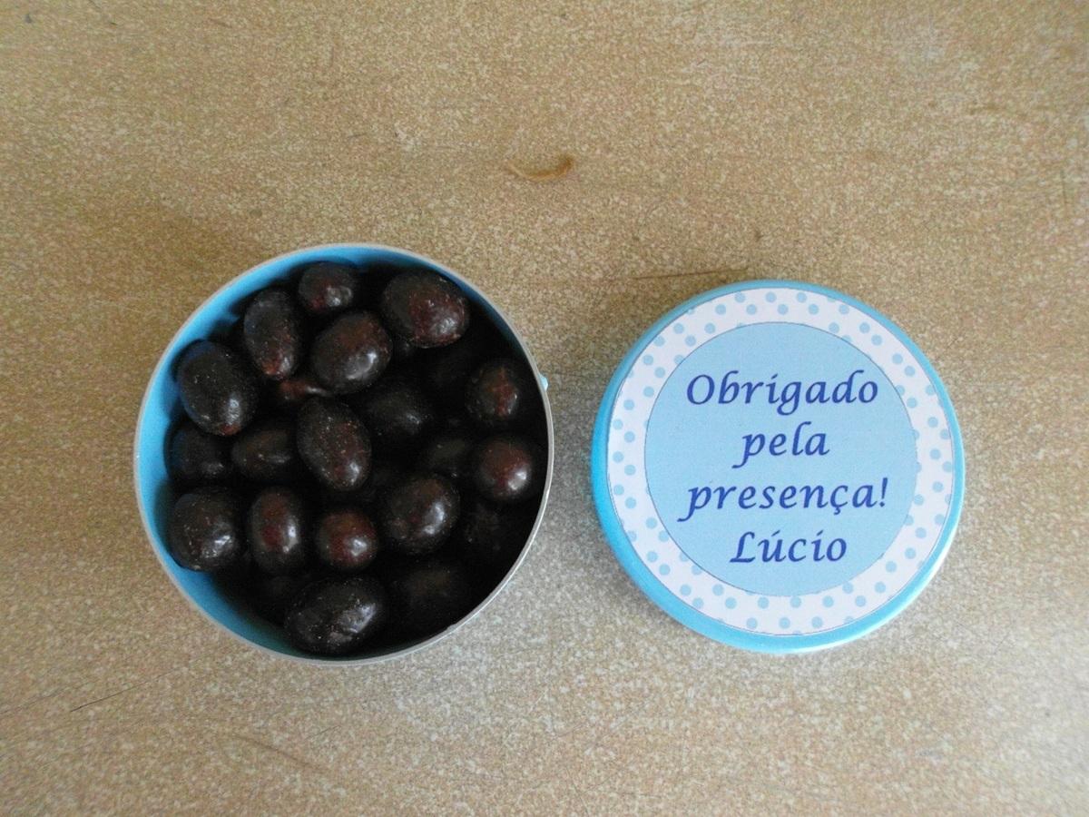 Latinha colorida com amendoim chocolate