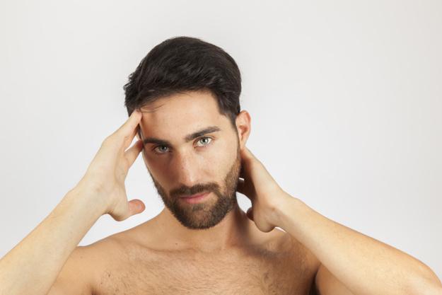 Rapaz, causa de acne na testa