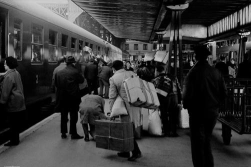 Chegada de emigrantes portugueses à Gare de Austerlitz em 1965.