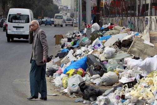 Poluição provocada pela insuficiência na recolha e tratamento de lixo na cidade de Beirute, Líbano.