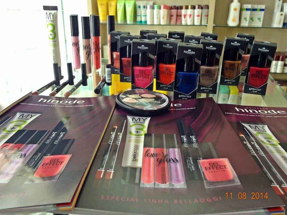 Mesa Hinode com produtos e revista