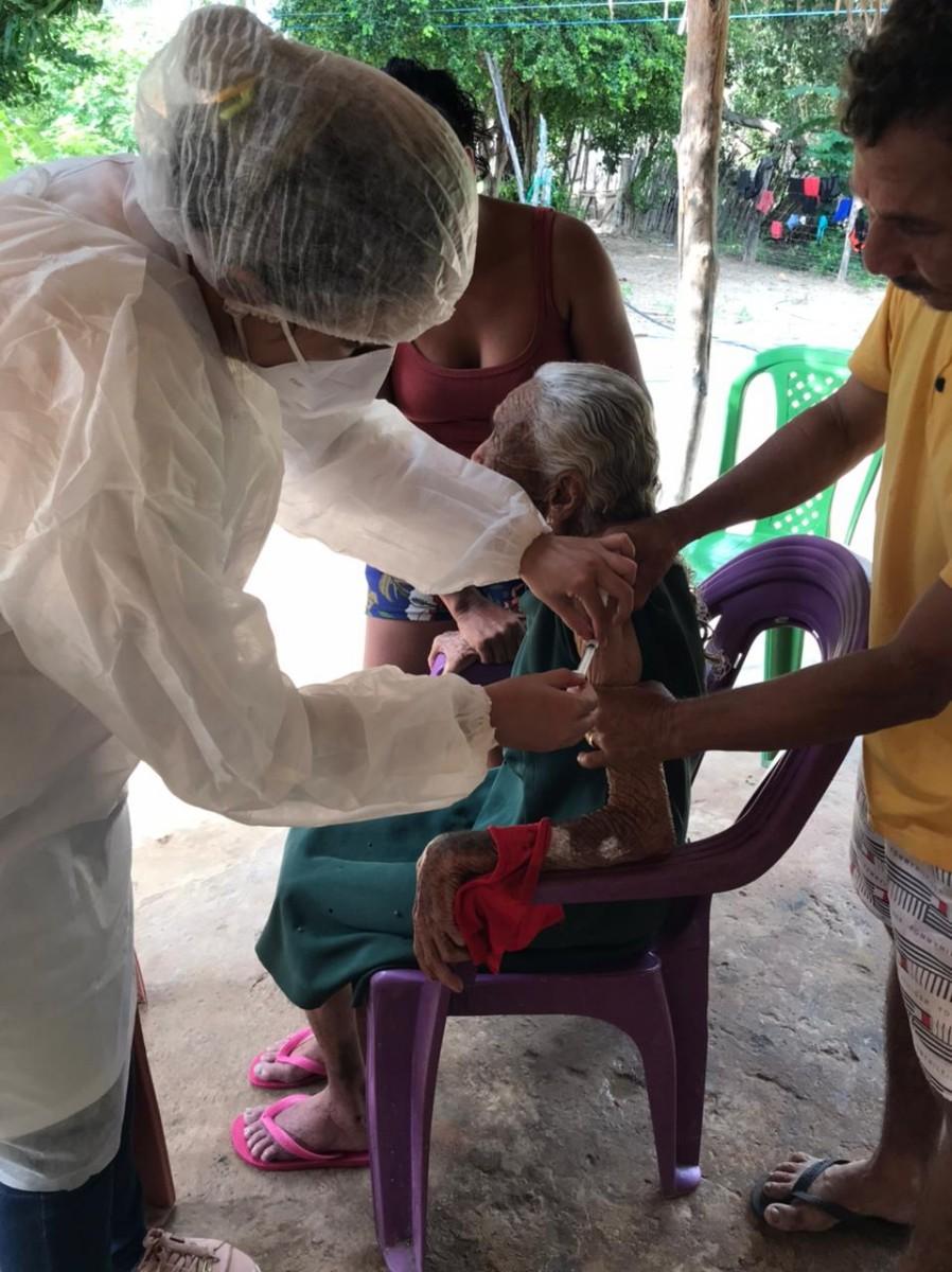 Idosos são vacinados contra a Covid-19 em casa