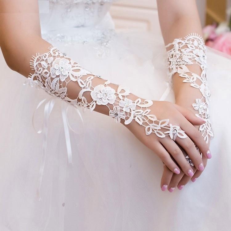 Magnifiques gants en dentelle  pour mariée, en différents modèles. En vente sur Zappandoo.